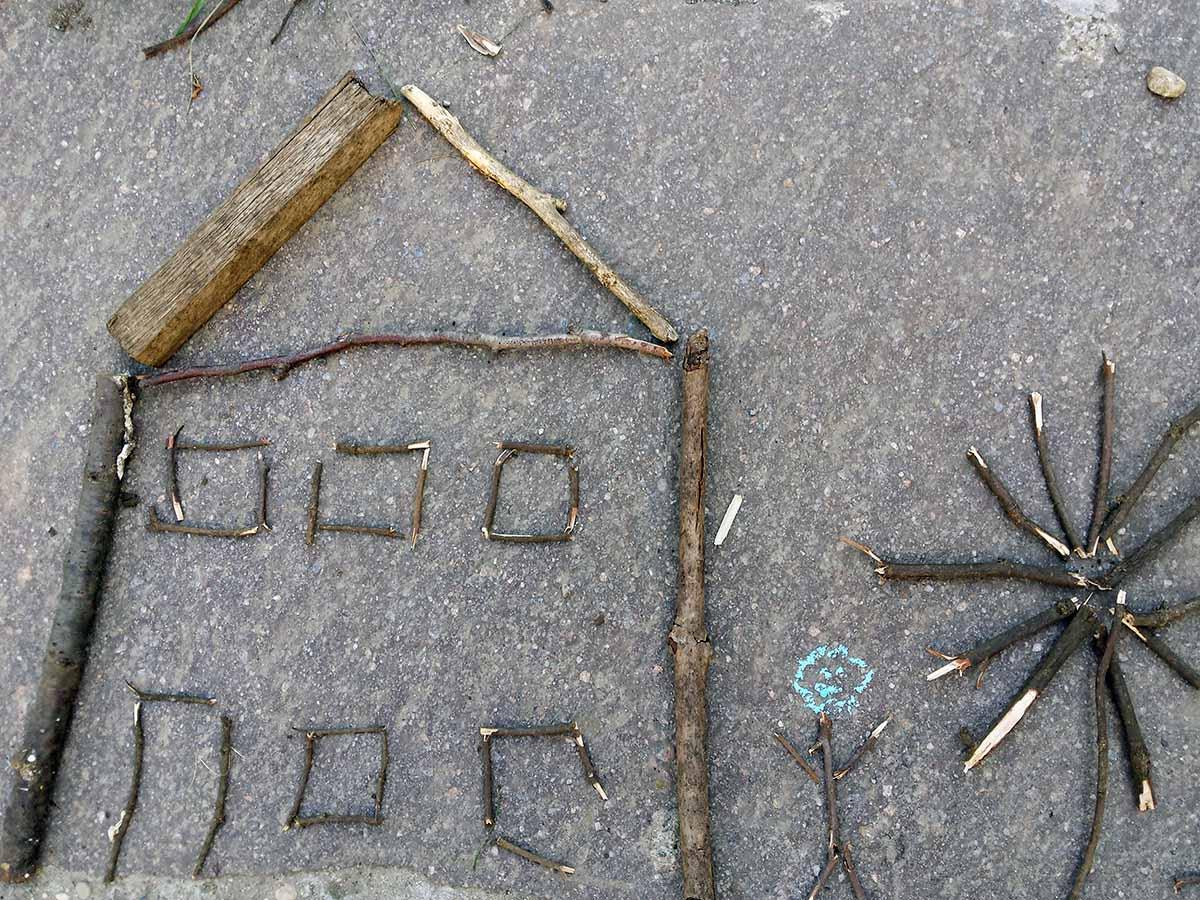 Spiele für Draußen - Haus aus Stöcken