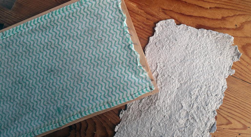 geschöpftes Papier für die Osterkarte